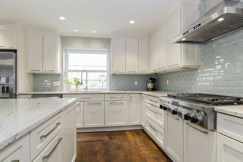 kitchen-white-cabinets-dark-countertops-photo-12