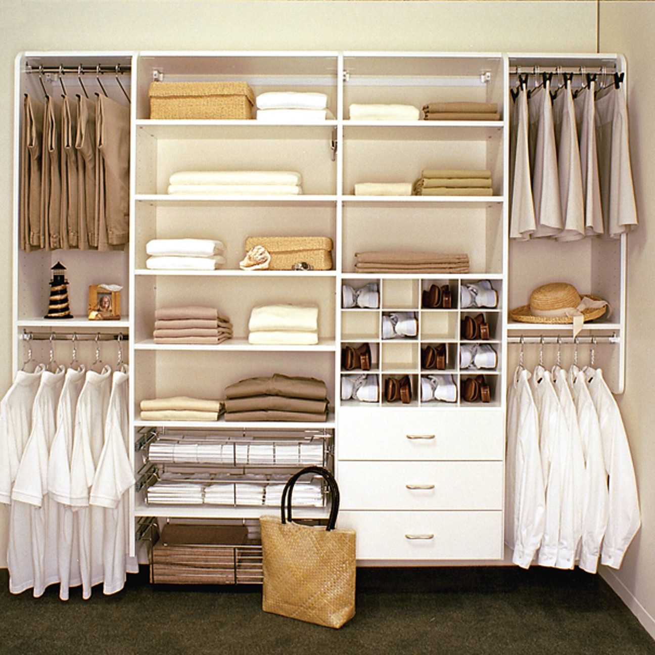 Walk in linen closet design – 16 varieties to organize the space