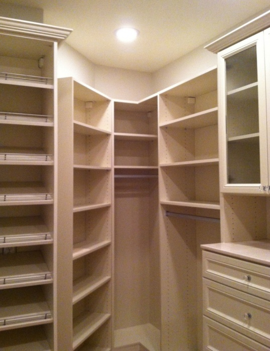 walk-in-linen-closet-design-photo-7
