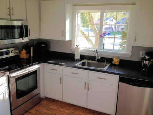 white shaker kitchen cabinets lowes