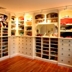 Walk-in closet ideas for girls – an uncluttered and customized dressing area